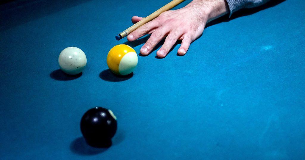 Das Bild zeigt einen Billardspieler mit drei Kugeln auf dem Tuch als Symbol für die komplexen Zusammenhänge arzneimittelrechtlicher Art, die im Artikel geschildert werden.