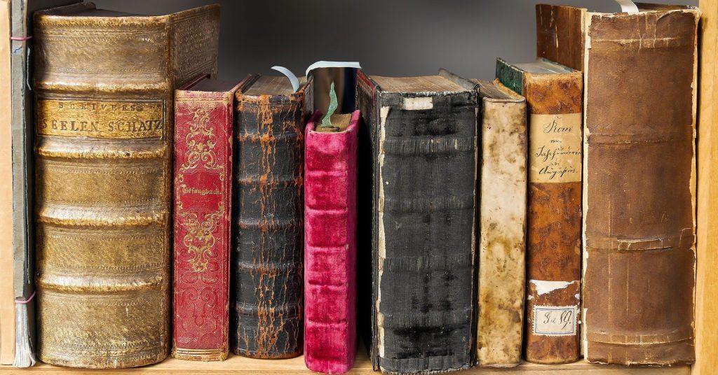 Alte Bücher im Regal. Alles gut und richtig darin, weil es alt ist? Sicher nicht.
